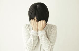 リウマチに悲しむ女性