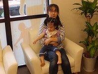 院内で赤ちゃんを抱っこする患者