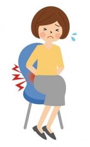 椅子に座る腰痛の女性のイラスト